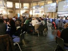 La sala con i partecipanti ai tavoli