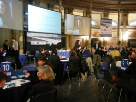 Una studentessa del Liceo Classico M. Delfico presenta le proposte elaborate al tavolo