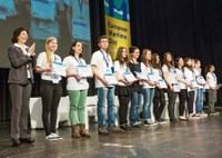 Nella foto Linda Berardi dell'Istituto Virgo Lauretana, sul palco della premiazione con gli altri studenti vincitori del concorso. Foto di Jan Rathke
