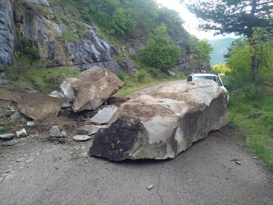 Massi ciclopici sulla carreggiata: chiusa la provinciale 45 Senarica - Piano Vomano