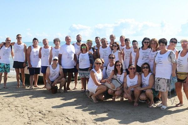 Uomini e donne in mare a Giulianova contro la violenza sulle donne insieme a Gabriellino Palestini